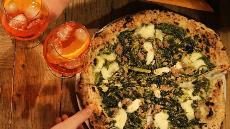 Pizza mit Aperol Spritz