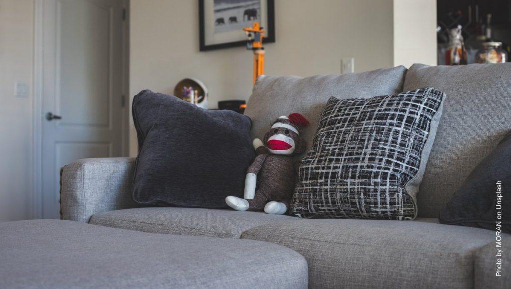 Sofa mit Kuscheltieren