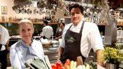 In der offenen Küche der Gutsküche Wulksfelde: Cornelia Poletto mit Matthias Gfröner