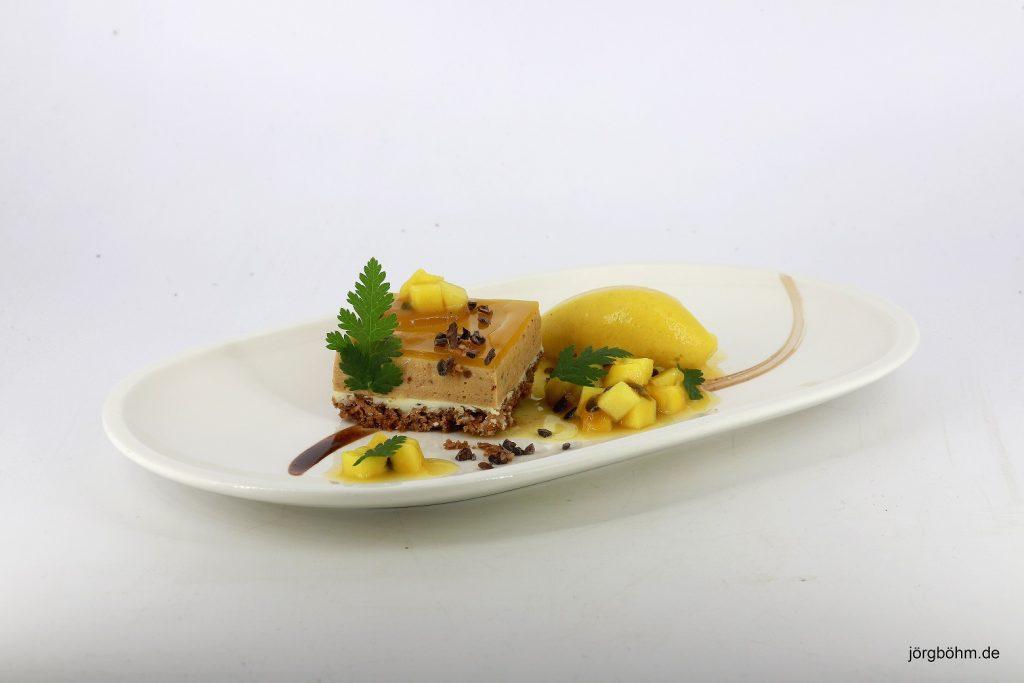 Dessert von Cornelia Poletto auf weißen länglich ovalen Teller