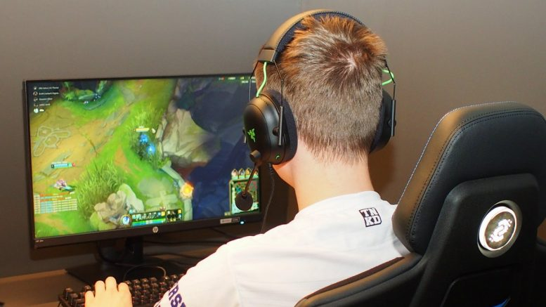 ESport Spieler am Bildschirm