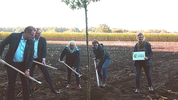 Edeka Nord pflanzt symbolisch einen Baum mit Vertretern der Stadt Neumünster