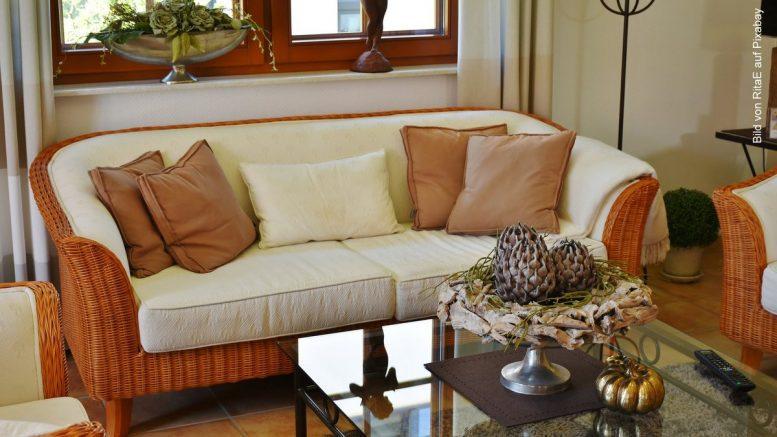 Sofa im Landhausstil aus Rattan