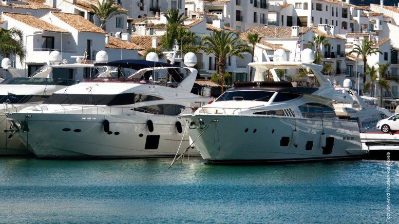 Weiße Luxus Yachten in einem Mittelmeerhafen