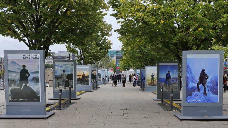 Hamburger Jungfernstieg mit Open Air Ausstellung