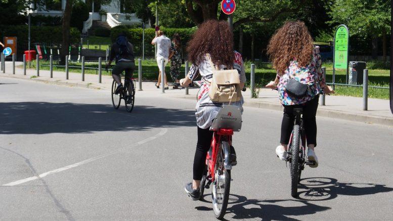 Zwei Frauen in Hamburg fahren Rad