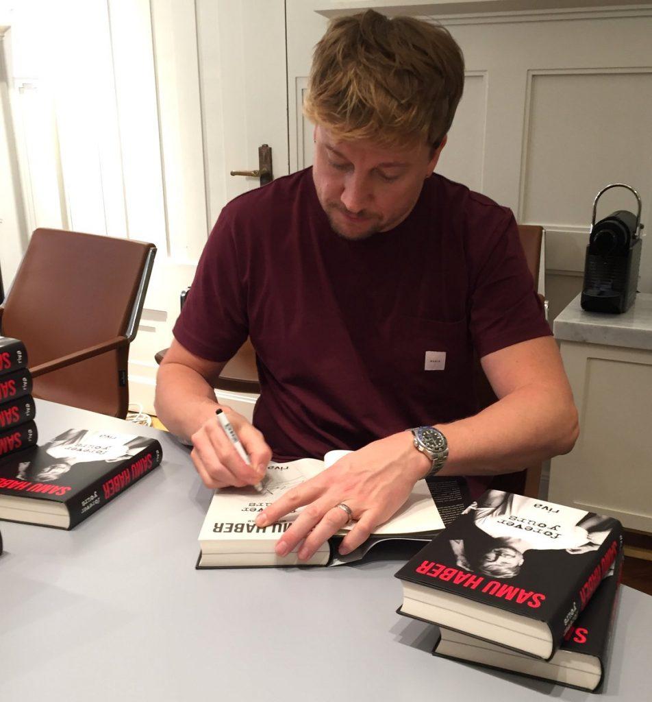 Der finnische Musiker Samu Haber signiert bei Thalia sein erstes Buch Vorever Yours