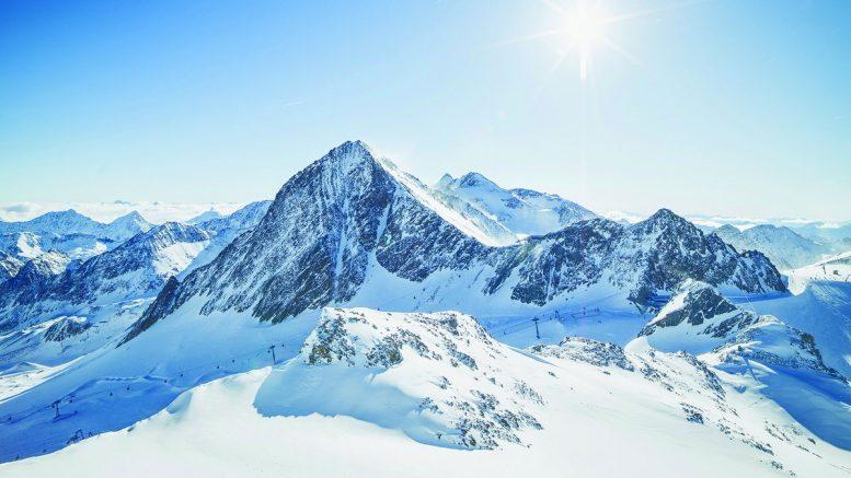 Der Stubai Gletscher im Winter bei blauen Himmel und Sonnenschein