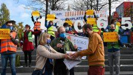 PR-Termin: Verkehrssenator Antjes Tjarks erhält die Unterschriften eine ADFC Petition für mehr Pop up Radwege. Im Hintergrund Menschen, die die Forderung untermauern.