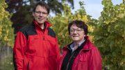 Zwei Weingutbesitzer in einem Weinberg bei Heilbronn in roten Jacken