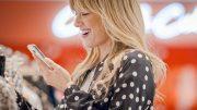 Frau mit Smartphone beim Shoppen im bonprix fashion connect Store Hamburg