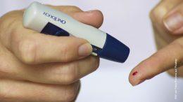 Deabetes Messung mit etwas Blut auf dem Finger