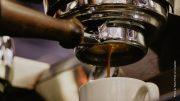 Ein Espresso läuft durchs Sieb in die Tasse
