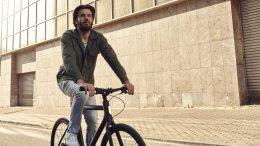 Mann auf einem Cowboy Bike