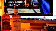 JACK APPLE und Tenessee Honey vor einem Monitor