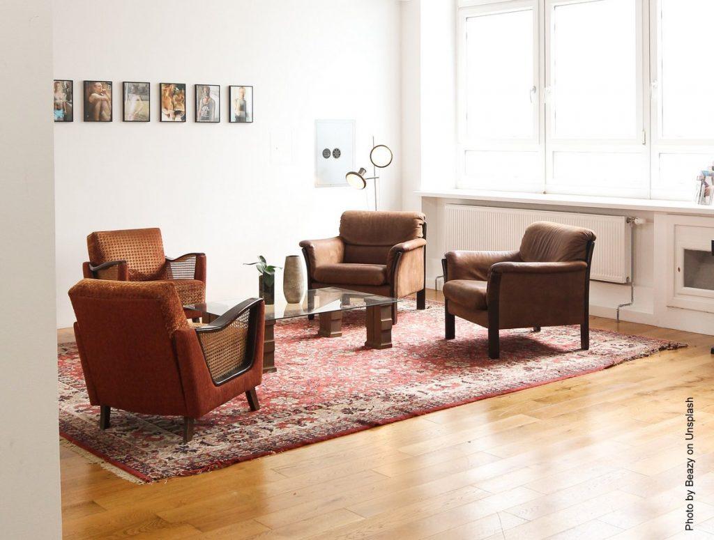 Sitzgruppe auf einem Orientteppich
