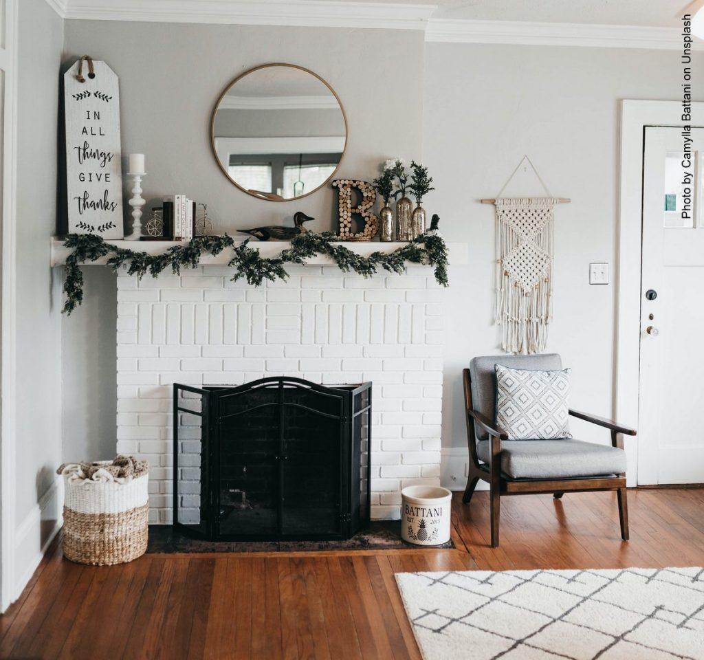 weißer Teppich auf Holzfußboden mit einem Kamin und Sessel