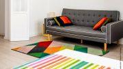 Farbiger Teppich vor einem Sofa