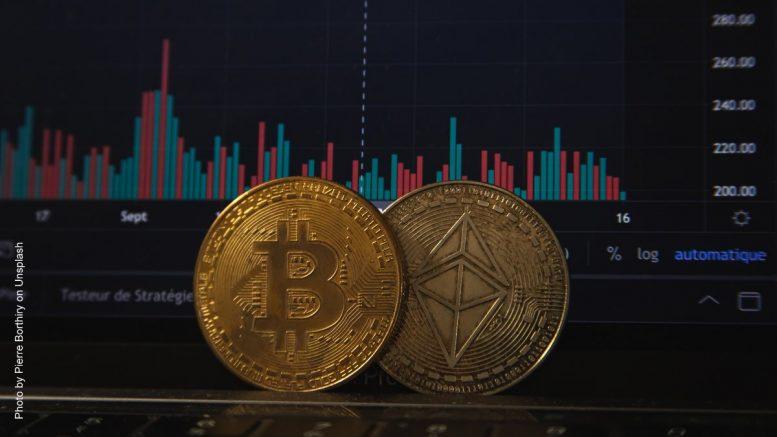 Bitcoin Münze vor Bildschirm