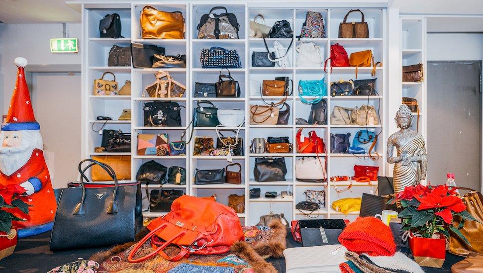 Taschenregal im Charity Shop im stilwerk