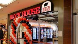 Der Blockhouse pop up store GenussWelt am Eröffnungstag mit roten und schwarzen Luftballonen im AEZ Einkaufszentrum