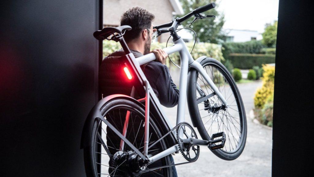 Mann trägt Bike