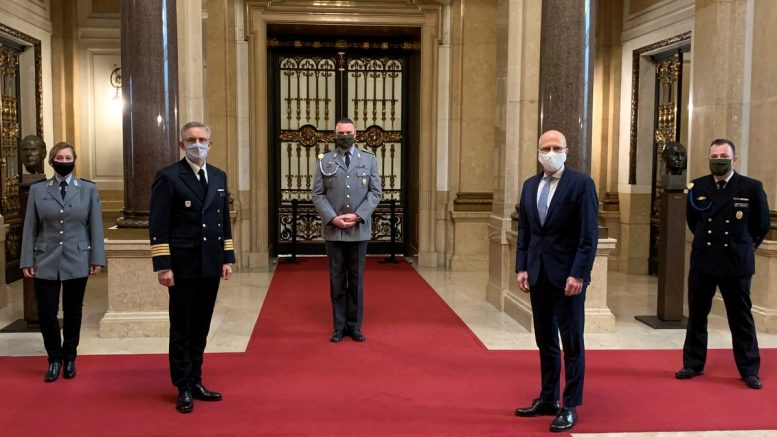 Hamburgs Erster Bürgermeister gratuliert der Bundesweh im Rathaus
