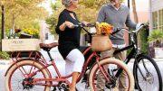 Paar auf E-Bike
