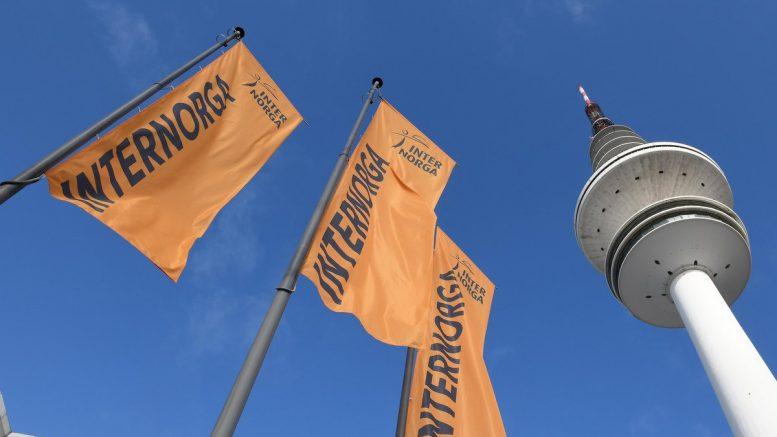 Internorga Flaggen mit Hamburger Fernsehturm vor blauen Himmel