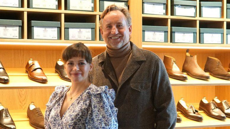 Selma und Thomas Wegmann vor einem Schuhregal