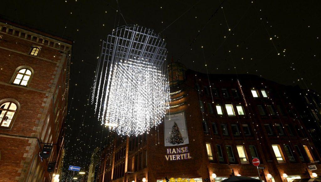 Weihnachtsbeleuchtung Passagenviertel - Lichtkugel vor dem Hanseviertel