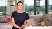Stefanie Hehn Chef Sommelière im schwarzen im The Fontenay Hamburg im schwarzen Etuikleid