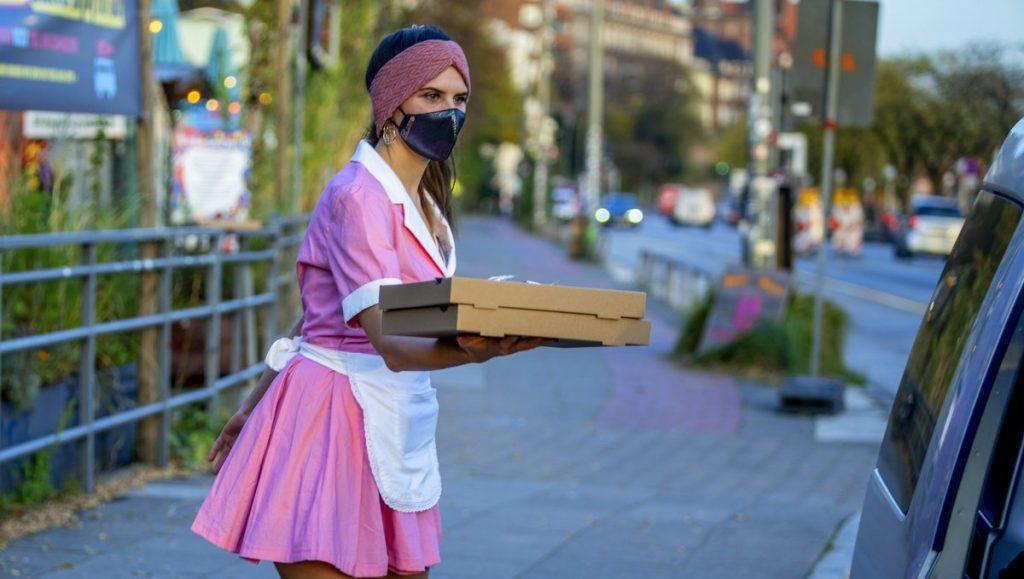 Nadja Borynec mit Pizzakarton