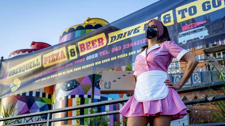 Nadja Borynec vor dem Aktionsbanner Pizza Drive In des ÜberQuell in Hamburg