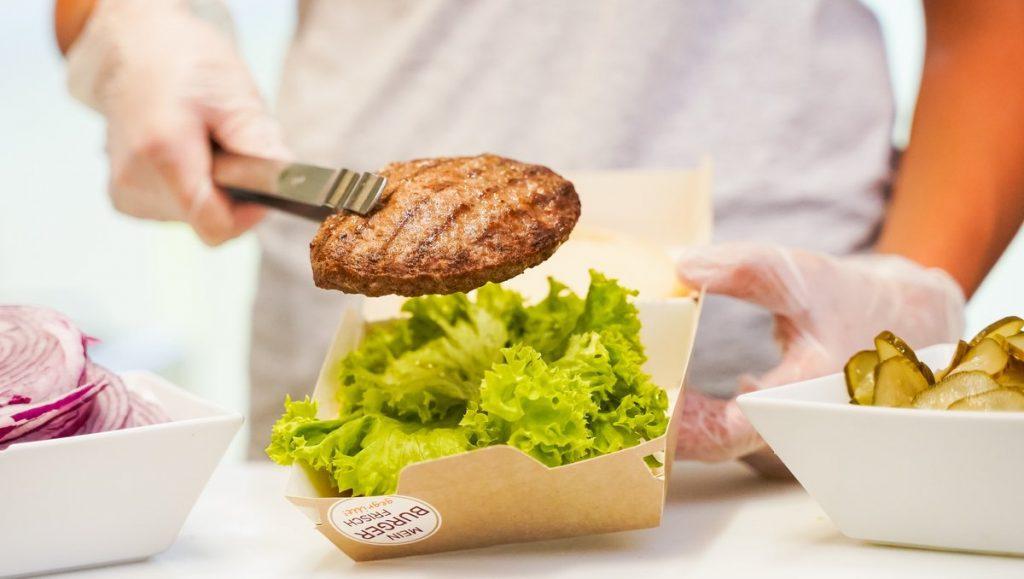 Ein Burgerme Burger wird zubereitet, Pressesymbolbild
