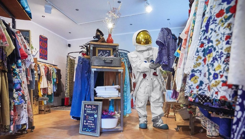 Astronaut im Second Hand Shop