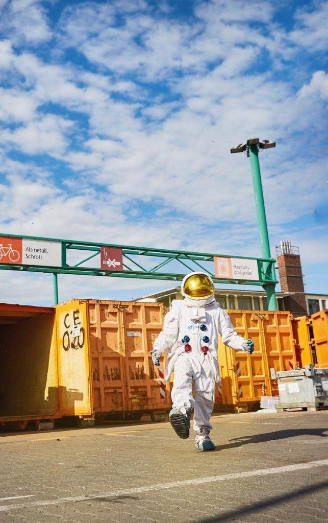 Astronaut auf dem Recyclinghof