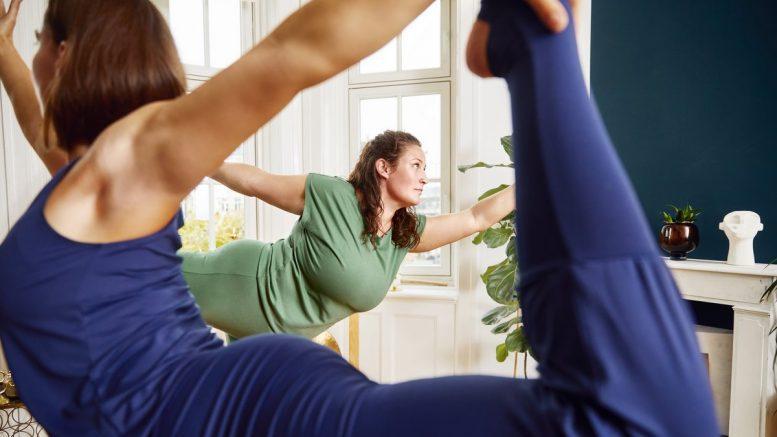 Zwei Frauen machen Yoga