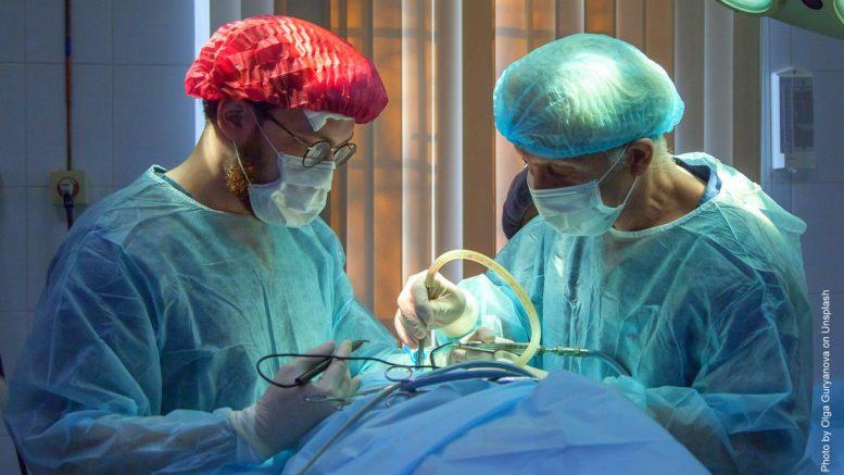 zwei Ärzte operieren