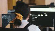 Frau programmiert am Computer