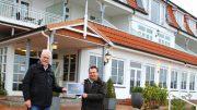 Symbolische Urkundenübergabe vor dem Hotel Wassersleben bei Flensburg