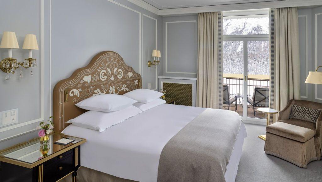 Blick in das Schlafzimmer einer Hotelsuite in St. Moritz