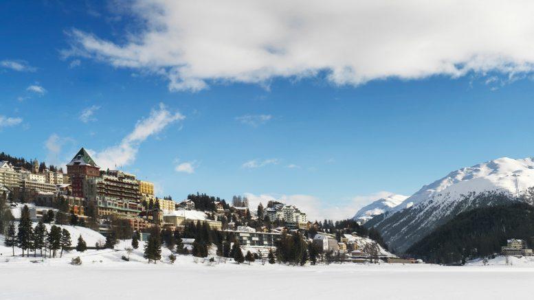 In St. Moritz, das Badrutt Palace Hotel im Schnee