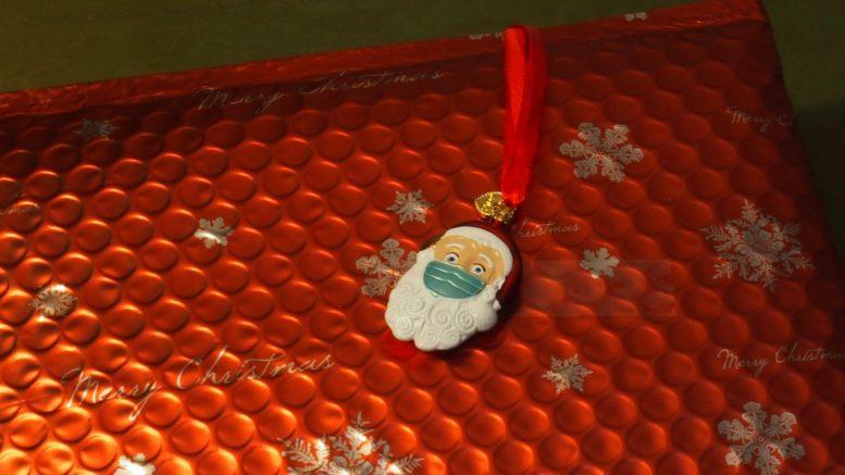 Geschenk mit Weihnachtsmann-Anhäger mit Maske