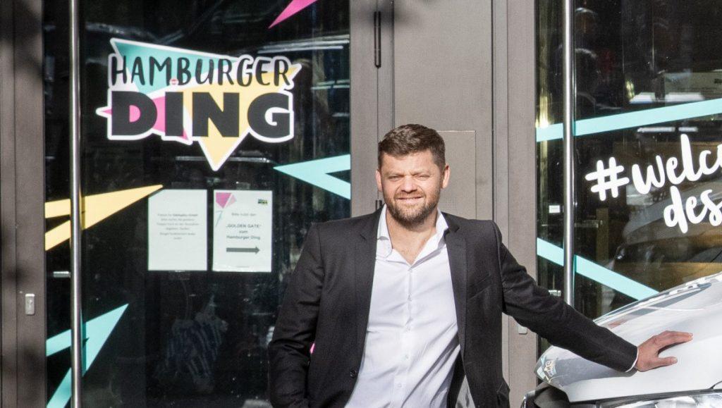 Tomislav Karajica vor dem Hamburger Ding