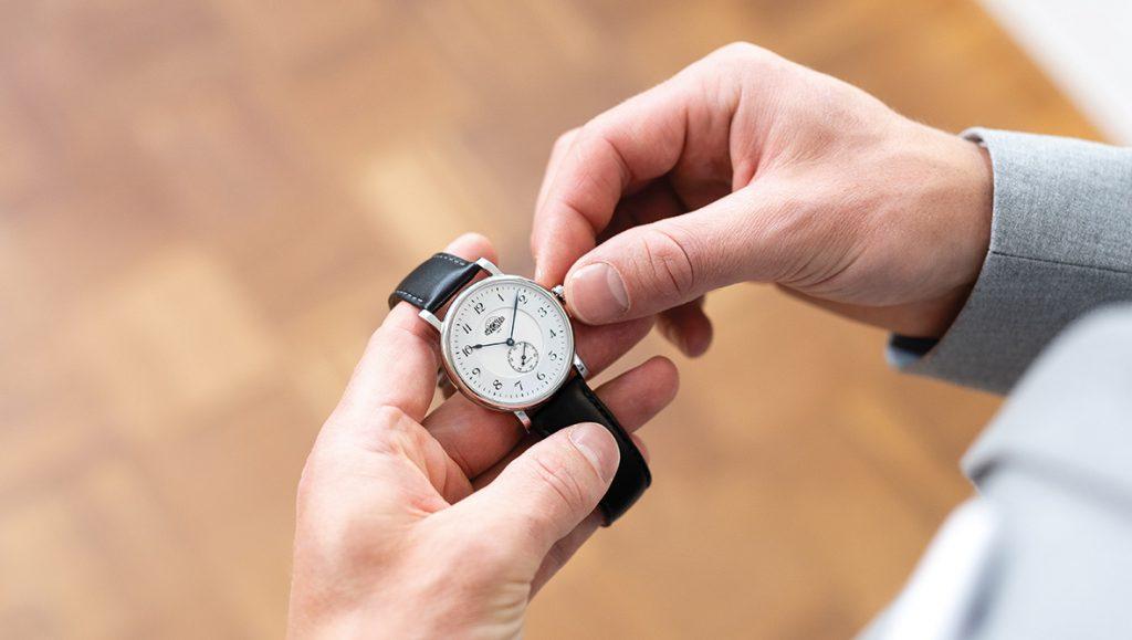 Eine Eugen Wegner Uhr wird gestellt