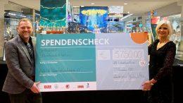 Elbe Einkaufszentrum Gerhard Löwe und Babette Greif überreichen Spendenscheck symbolisch