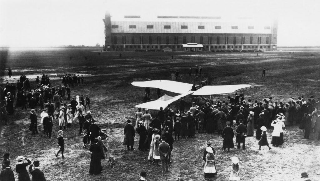 schwarzweiß Foto von 1913 Flugtag in Hamburg Fuhlsbüttel. Menschenmenge mit Flugzeug Rumpler Taube