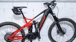 Fahrradsicherung im Keller. Bike hängt an der Wand