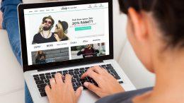 Frau schaut auf die ubup Webseite am Laptop